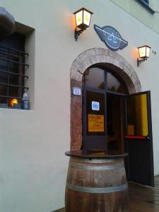 """L'ingresso del Pub Pizzeria """"Whiskey a Go Go"""""""